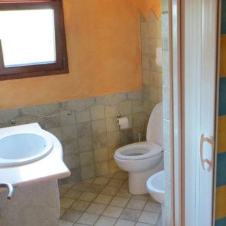 Il bagno di una delle camere dell'Hotel in Sardegna