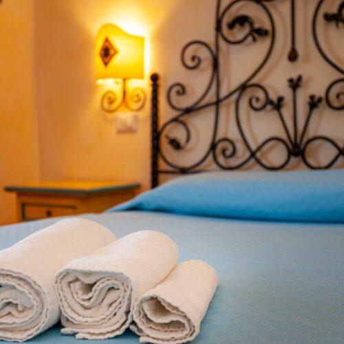 Dettaglio di una camera hotel a San Teodoro